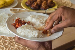 eating-with-hands-sri-lanka
